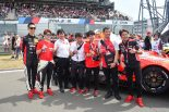 スタート前のグリッドで写真に収まるニスモのスタッフとドライバーたち、近藤真彦監督