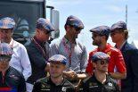 F1 | タータンチェックの帽子を被ってジャッキー・スチュワートの80歳の誕生日を祝うセバスチャン・ベッテルら