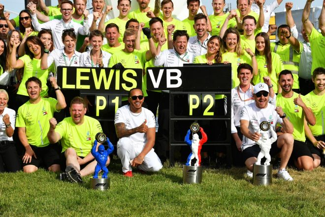 2019年F1第8戦フランスGP ルイス・ハミルトンとバルテリ・ボッタスのワンツーを祝うメルセデスチーム