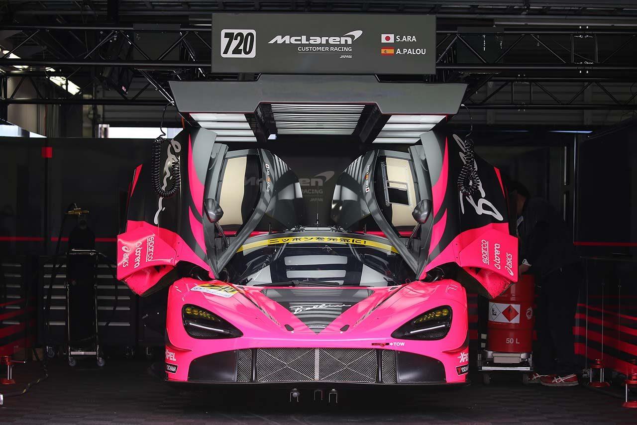 マクラーレン720S GT3はディヘドラル・ドアを採用しているのも特徴