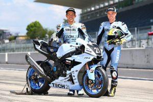 MotoGP | ヤマハTECH21チーム復刻カラーのライディングスーツをまとった中須賀克行とアレックス・ロウズ