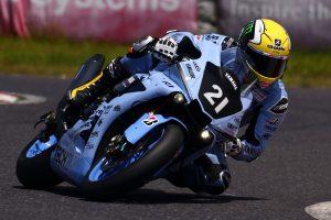 MotoGP | 1985年の鈴鹿8耐でケニー・ロバーツが使用したイエローカラーヘルメットに似たデザインのヘルメットで走行したアレックス・ロウズ