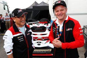 ラリー/WRC | チーム代表のトミ・マキネンと談笑する豊田章男チーム総代表(左)