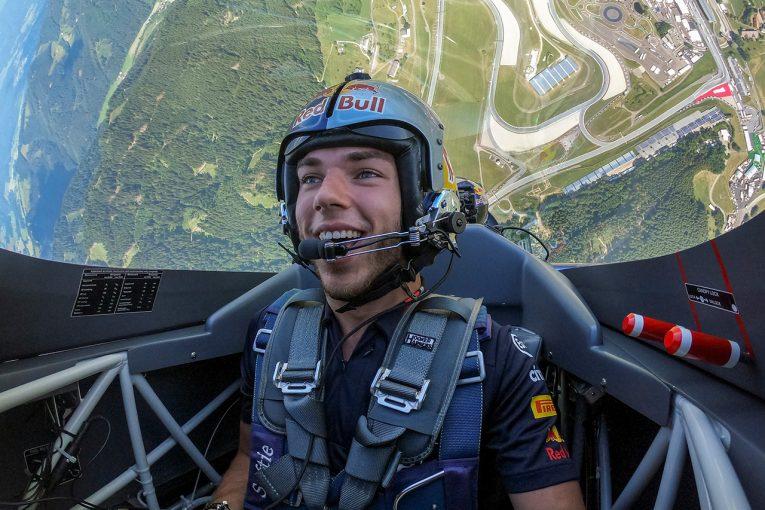 F1 | 【ギャラリー】ガスリー、エアレース王者とレッドブル・リンク上空をフライト。時速400kmの世界を堪能