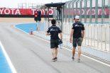 コースウォークに向かう山本尚貴とジェンソン・バトン(RAYBRIG NSX-GT)