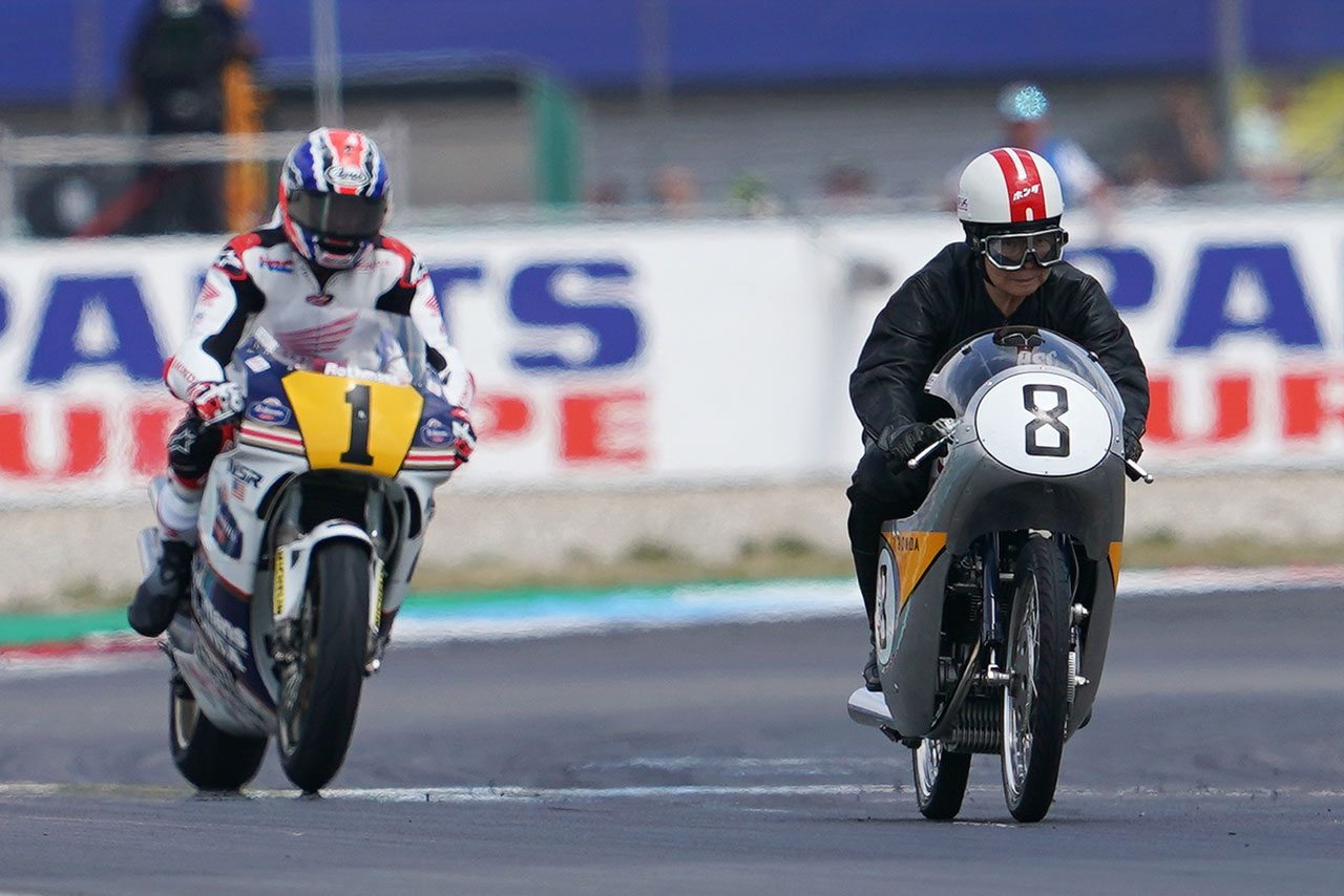 オランダGPの舞台、TT・サーキット・アッセンを走るホンダのRC142とNSR500