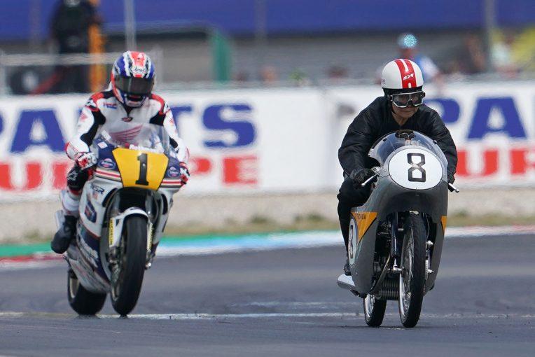 MotoGP | ホンダのRC142とNSR500がMotoGPオランダGPで共演。高橋国光とドゥーハンがデモ走行実施