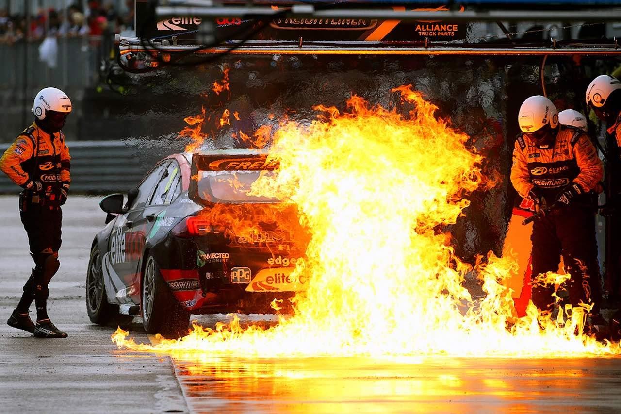 豪州SC第8戦:豪雨、炎上、波乱満載のレースをレッドブル・ホールデンが制す