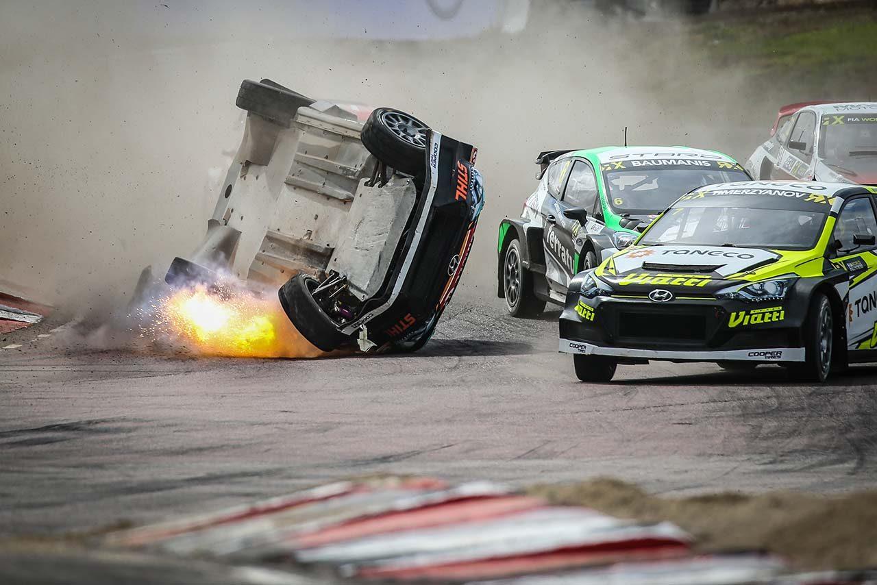 Q1レース1でクラッシュしたレイニス・ニティッシュ(ヒュンダイi20スーパーカー)