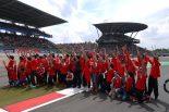 同じ週末に開催されていたニュルブルクリンク24時間レースを見学した選手たち