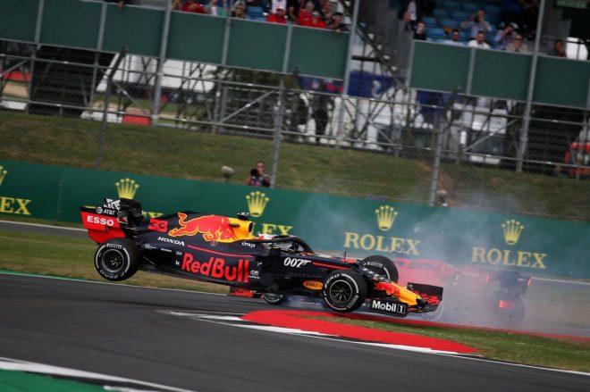 2019年F1第10戦イギリスGP セバスチャン・ベッテルの追突でコースアウトするマックス・フェルスタッペン(レッドブル・ホンダ)