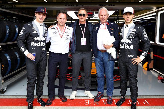 2019年F1第10戦イギリスGP日曜 6代目ジェームズ・ボンド、ダニエル・クレイグとレッドブルのホーナー、マルコ、フェルスタッペン、ガスリーが記念撮影