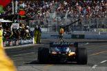 5番手走行中にマシン後方から火が上がり、ピットへと戻る佐藤琢磨