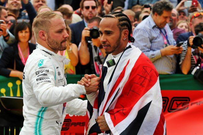 2019年F1第10戦イギリスGP日曜 メルセデスのバルテリ・ボッタスが優勝したルイス・ハミルトンを祝福