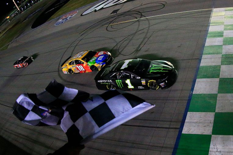 海外レース他 | NASCAR第19戦:残り2周でブッシュ兄弟が白熱の優勝争い。0.072秒差で兄カートが勝利