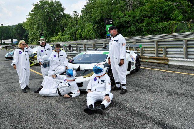 宇宙飛行士に扮したマグナス・レーシングのクルーたち