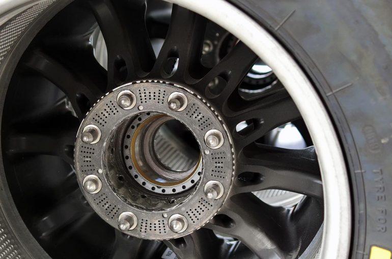 F1 | 【津川哲夫の私的F1メカチェック】ホイール内側に見える、最強メルセデスW10の細かなクーリングの痕跡