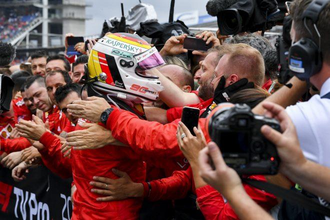 2019年F1第11戦ドイツGP 2位のセバスチャン・ベッテル(フェラーリ)をチームが祝福