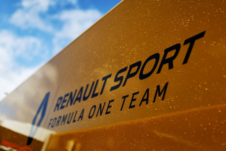 F1   ルノーF1チームのトラックが高速道路でクラッシュ。ハンガロリンクへの移動中の事故