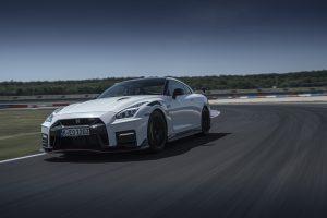 クルマ | 【動画】GT3マシンの技術をフィードバックさせた『ニッサンGT-R NISMO』2020年モデル/スポーツカー速報試乗
