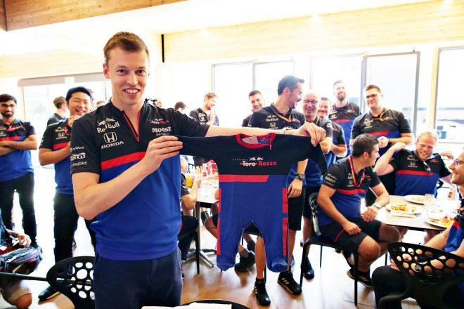 2019年F1第12戦ハンガリーGP木曜 長女ペネロペちゃんが誕生したことを祝い、トロロッソ・ホンダチームがダニール・クビアトにプレゼント