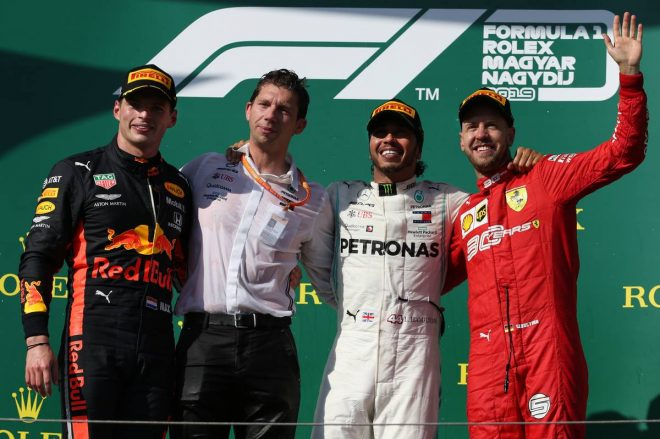 2019年F1第12戦ハンガリーGP表彰台 1位:ルイス・ハミルトン、2位:マックス・フェルスタッペン、3位:セバスチャン・ベッテル