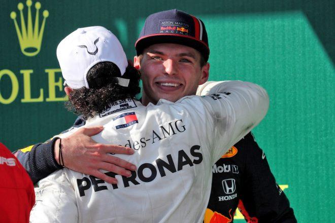 2019年F1第12戦ハンガリーGP決勝 2位マックス・フェルスタッペン(レッドブル・ホンダ)と優勝ルイス・ハミルトン(メルセデス)が健闘を称えあう