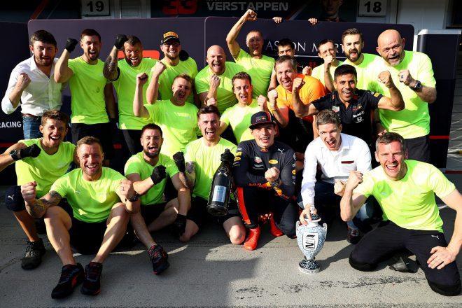 2019年F1第12戦ハンガリーGP マックス・フェルスタッペン(レッドブル・ホンダ)が2位をチームと祝う