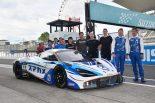 Planex SmaCam Racingのマクラーレン720S GT3とミカ・ハッキネン、久保田克昭、GAINERとHanashima Racingのスタッフ
