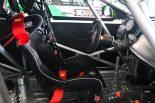 アルファロメオ・ジュリエッタのコクピット。ダッシュボード等はFRP製で、モニターはライフレーシング製。シートはOMPを使う。