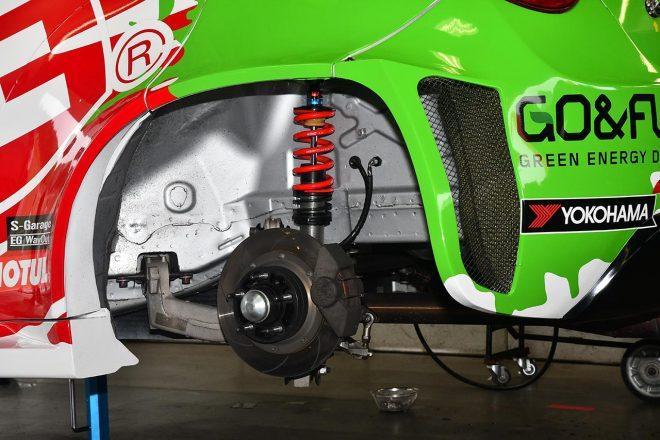リヤサスはマルチリンク。他車種同様リヤのブレーキは小さめ。