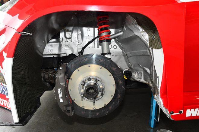 フロントサスはマクファーソン・ストラット。スプリングはアイバッハ、ダンパーはビルシュタイン。ブレーキはAP製。