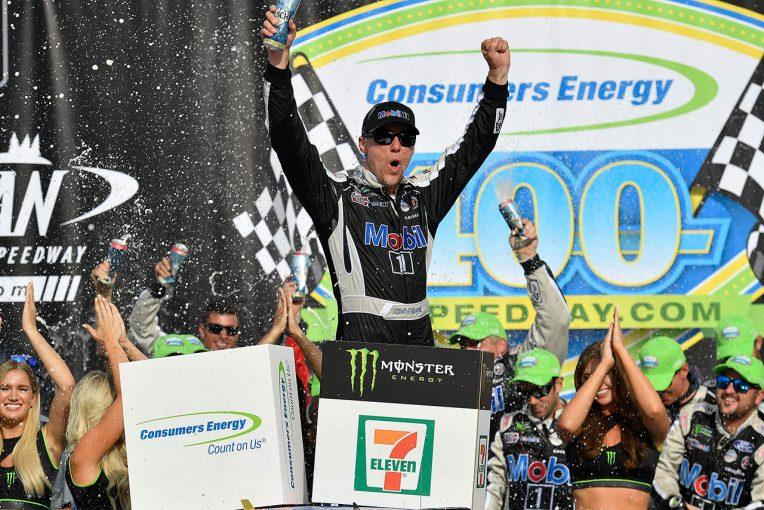 海外レース他 | NASCAR第23戦:序盤のパンクチャーで後退したフォードのハービックが逆転優勝。キャリア通算47勝目