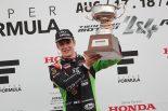 トロフィーをかかげるサッシャ・フェネストラズ(B-Max Racing with motopark F3)