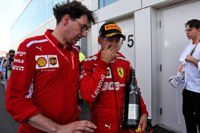 F1カナダGPで勝利を逃したセバスチャン・ベッテルに付き添うフェラーリ代表のマッティア・ビノット