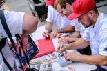 ピッウォーク中、ドライバーの多くがポストカードにサインをしてファンと交流していた
