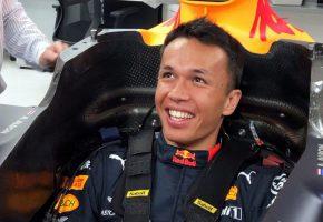 F1 | レッドブル・ホンダF1に昇格したアルボン、満面の笑みで仕事を開始