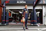 F1 | 【ギャラリー】レッドブルのアルボンとトロロッソのガスリーが新レーシングウェア姿を披露。新カラーのヘルメットも