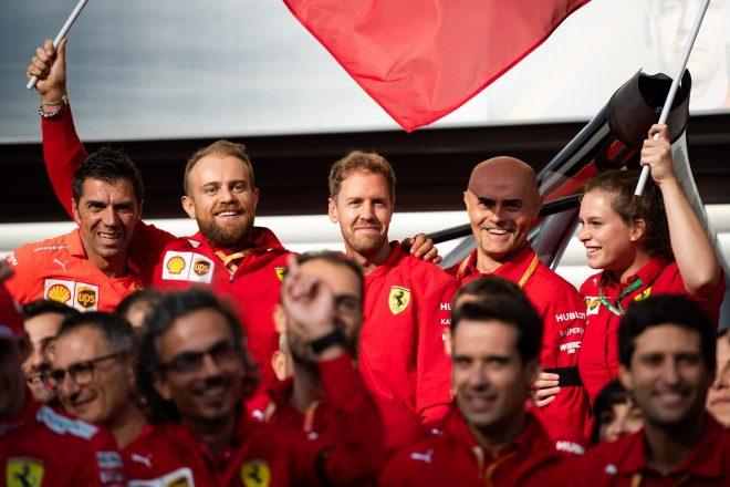 2019年F1第13戦ベルギーGP シャルル・ルクレールの優勝記念撮影でのセバスチャン・ベッテル(フェラーリ)