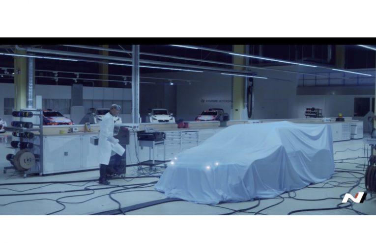 海外レース他 | ヒュンダイ初のEVツーリングカーマシンとガブリエル・タルキーニが共演するティザー映像公開