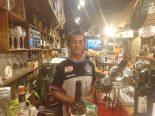 水戸のスペインバル『ガンチョ』の店主、後谷高光さん。普段からチームウェアを着て接客をする。世界大会受賞の生ハムカット専門職人でもある