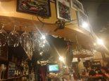 水戸のスペインバル『ガンチョ』。2輪レースの写真とグラスが似合う店内