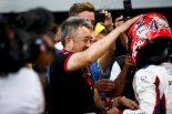 ホンダの山本雅史F1マネージングディレクターも松下信治(カーリン)の祝福に駆けつけた