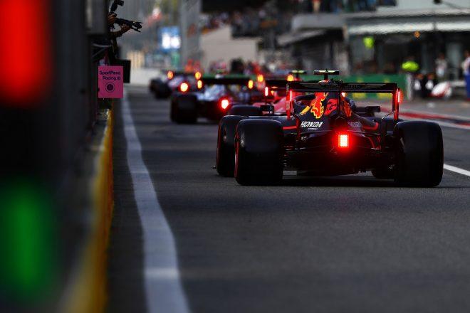 2019年F1第14戦イタリアGP土曜 ピットレーンに並ぶアレクサンダー・アルボン(レッドブル・ホンダ)