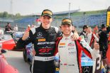 週末2連勝を達成した88号車メルセデスのラファエル・マルチェッロ(左)とビンセント・アブリル(右)