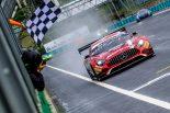 雨のレース1でトップチェッカーを受ける88号車メルセデスAMG GT3