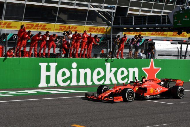 2019年F1第14戦イタリアGP トップでチェッカーフラッグを受けるシャルル・ルクレール(フェラーリ)