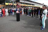 決勝レースのスタート前にはアントワーヌ・ユベールへの黙祷が捧げられた