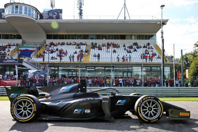 F1イタリアGPの週末、18インチタイヤを装着したF2マシンがデモ走行
