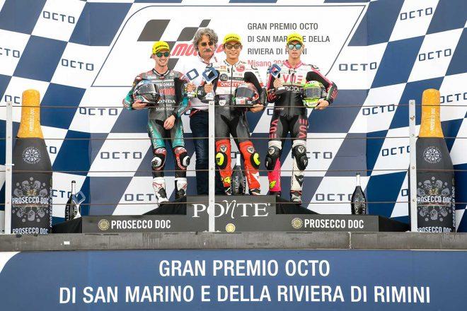 故マルコ・シモンチェリの父、パオロさんとともに、表彰台に上がった